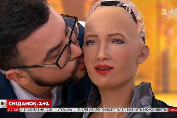 Robot Sofia có nụ hôn đầu đời với 'bạn trai' ngay trên sóng truyền hình