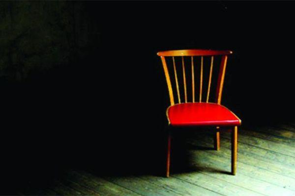 Chiếc ghế trống trong buổi tiệc