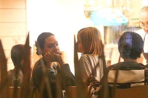 Angelina Jolie giản dị xuống phố cùng các con dịp cuối tuần