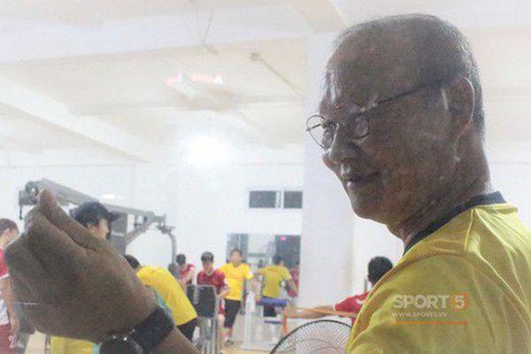 Thầy Park thả tim thân thiện với fan nhưng 'thét ra lửa' khi tập luyện khiến các học trò kêu trời
