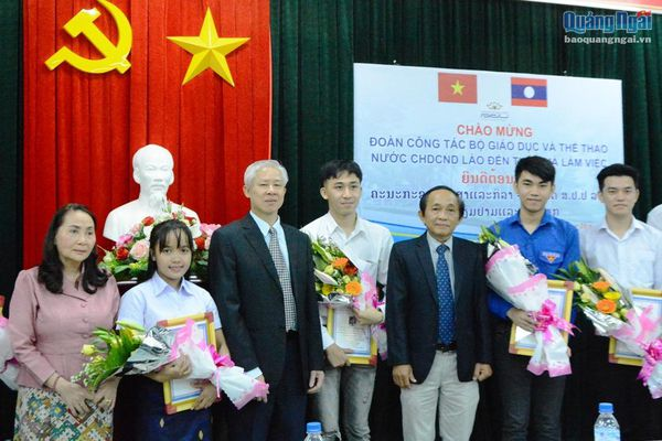 Bộ Giáo dục và Thể thao CHDCND Lào làm việc với Trường ĐH Phạm Văn Đồng