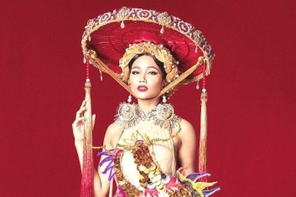 Quốc phục của người đẹp Việt thi nhan sắc thế giới: Tưởng dễ mà... hóa khó