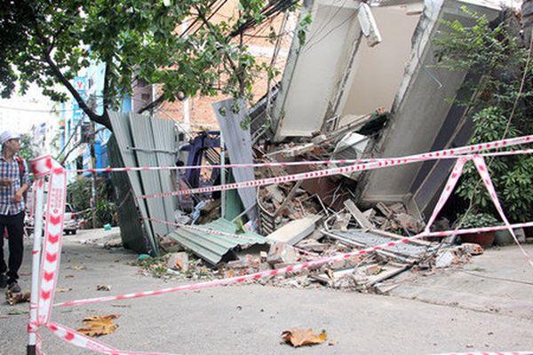 Vòi phun xe trộn bê tông đổ sập, 3 người thương vong