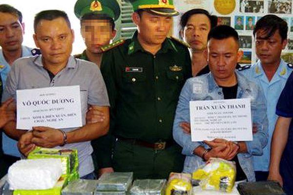 Bắt 2 nghi phạm mang 10 bánh heroin, 32 kg ma túy đá