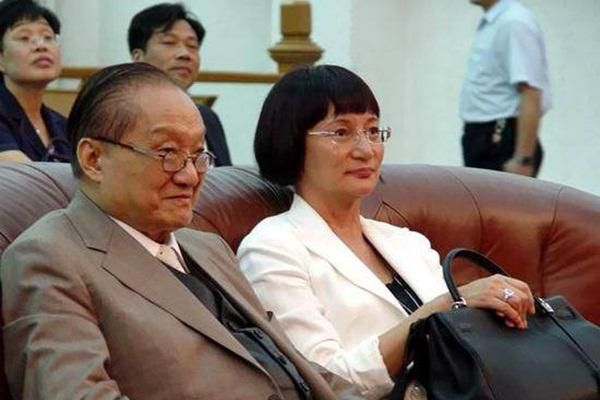 Nhà văn Kim Dung: Sở hữu nghìn tỷ nhưng qua ba đời vợ, con cả tự tử, con gái bị điếc