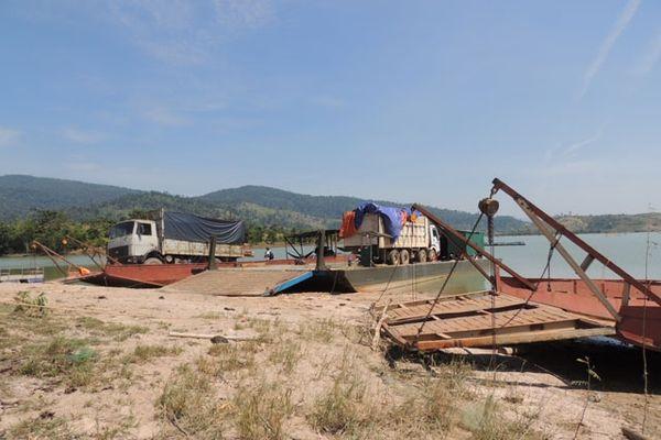 Dùng phà, thuyền sắt chở ô-tô gỗ lậu vượt lòng hồ thủy điện Sê San