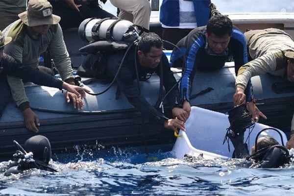 Tìm thấy bộ phận hạ cánh, thân máy bay Indonesia rơi ngoài biển