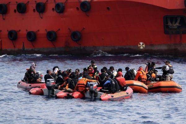 Lo ngại lượng pin của hộp đen thứ hai có hạn, cứu hộ Indonesia dốc sức tìm kiếm
