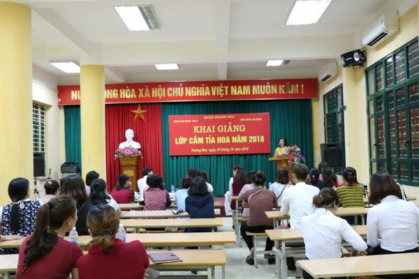 Khai giảng lớp cắm hoa nghệ thuật trong CNVCLĐ