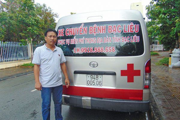 'Gã khùng' bỏ tiền mua xe cứu thương giúp bệnh nhân nghèo