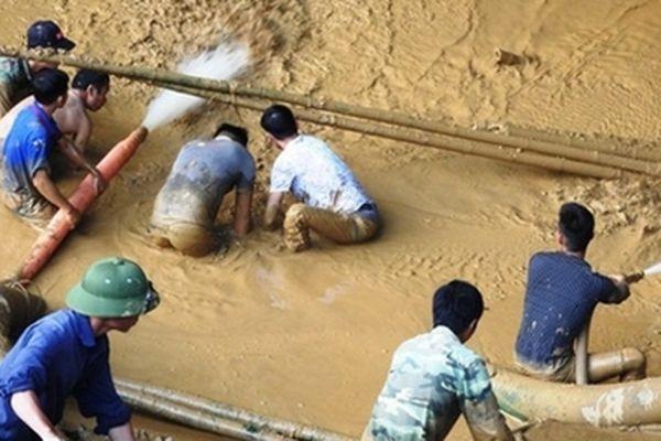 Hơn 200 người vẫn đang chạy đua cứu nạn hai người mắc kẹt trong hang Cột Cờ