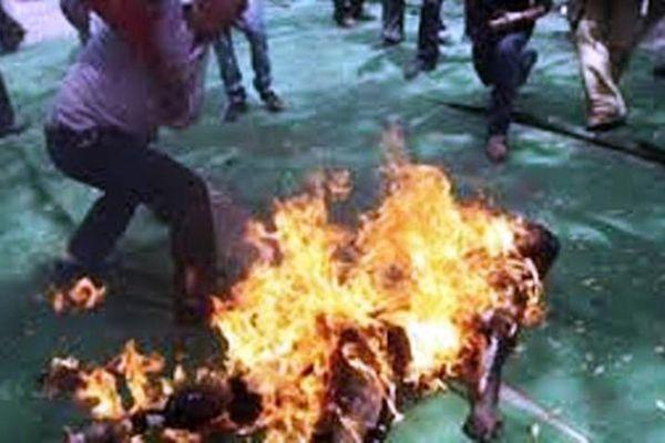 Sau phiên tòa xử ly hôn, chồng tưới xăng đốt vợ