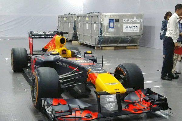 Ngoài giá thành hơn 300 tỷ đồng, xe đua F1 còn có gì?