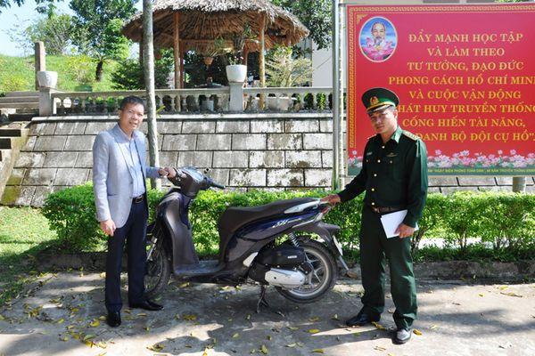 Đồn BP Bắc Sơn bàn giao xe máy bị mất cắp cho chủ sở hữu