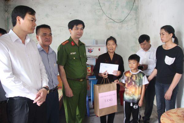 Tặng quà gia đình có nạn nhân bị TNGT