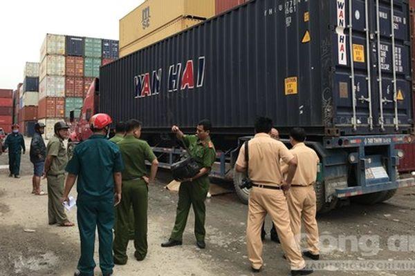 Xe container lùi cán chết người ở Sài Gòn