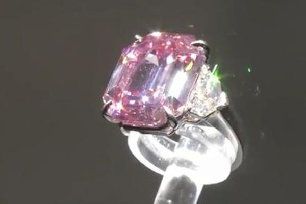 Chiêm ngưỡng viên kim cương vĩ đại nhất thế giới vừa đấu giá 50 triệu USD