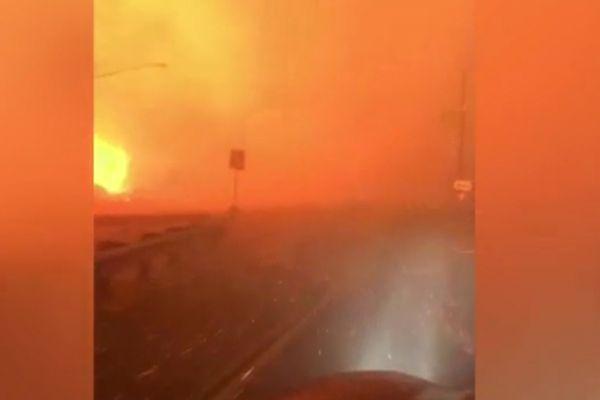 Giữa biển lửa trong trận cháy rừng, người phụ nữ quyết lao xe qua để thoát thân