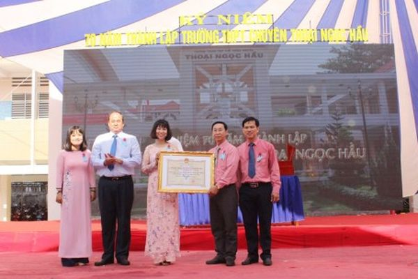 Trường THPT Chuyên Thoại Ngọc Hầu kỷ niệm 70 năm thành lập
