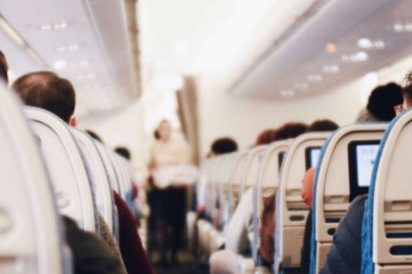 Cô gái kêu trời vì những phụ huynh thiếu ý thức khiến con cái như 'máy nói' suốt cả hành trình đi máy bay