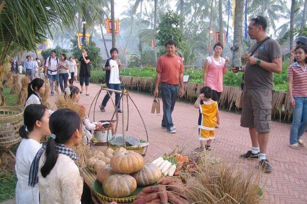 Đi chợ quê, chơi bịt mắt đập niêu giữa lòng Sài Gòn