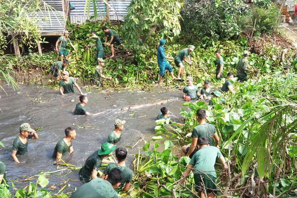 Chiến sĩ Trung đoàn Bộ binh 320 ra quân vệ sinh môi trường