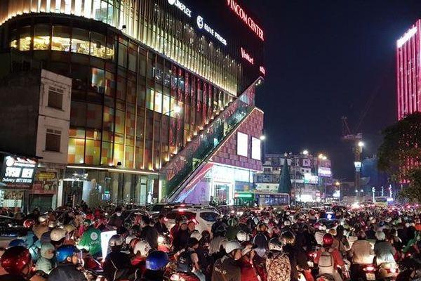 Đường phố Hà Nội ùn tắc chiều tối Black Friday