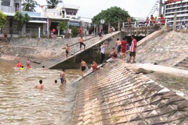 Nguy hiểm tình trạng tắm ở các cống kiểm soát lũ