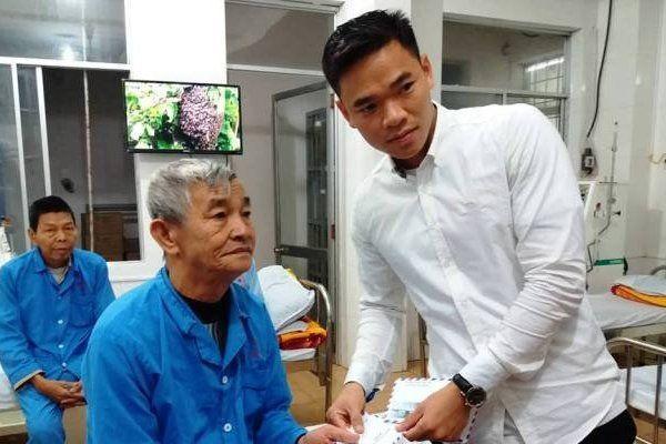 Bệnh nhân nghèo Quảng Bình xúc động trước ân tình của các cầu thủ CLB Sông Lam Nghệ An