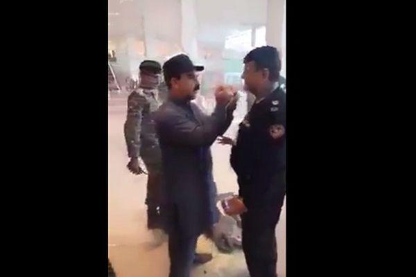 Quan chức Pakistan hứng chỉ trích vì đốt quần áo, đánh nhân viên sân bay chỉ vì chậm giờ