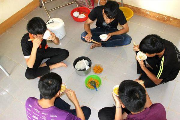 Rưng rưng bữa cơm trò nghèo