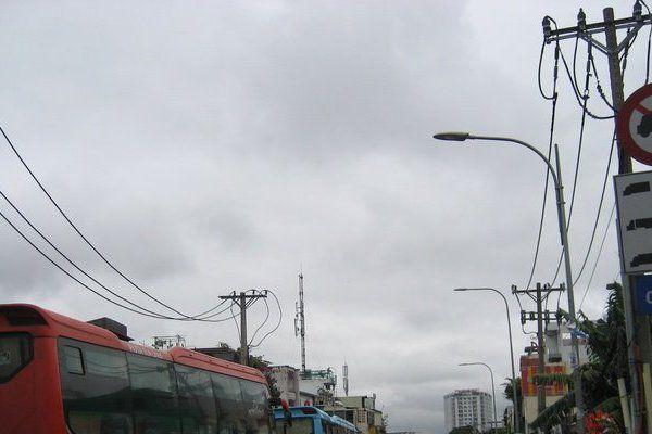 TP.HCM sau mưa bão, người dân vật lộn với ngập đường và kẹt xe