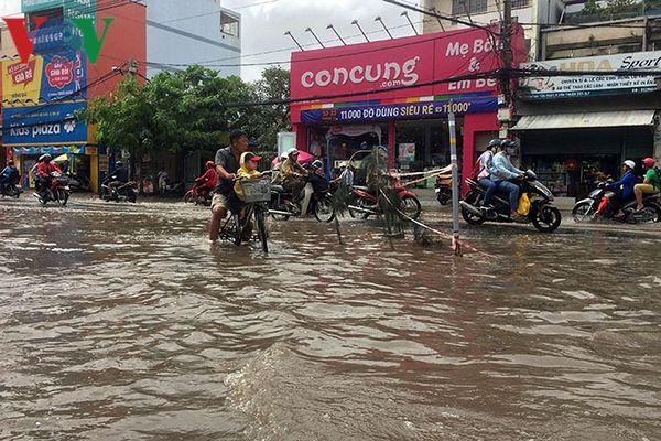 TP HCM chìm trong biển nước, dân khổ sở 'bơi' trên phố