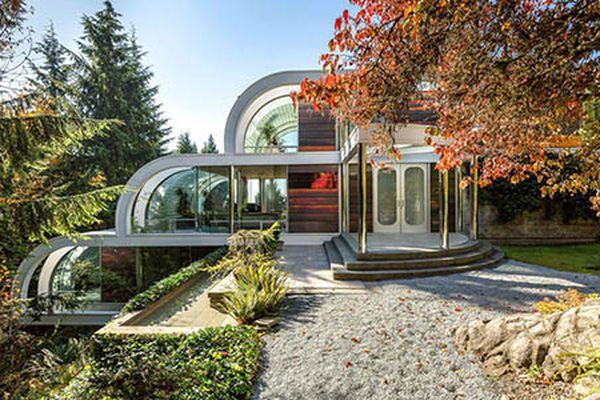Dinh thự trên đồi với tường kính và mái vòm độc đáo