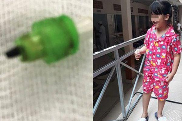 Cắn bút khi ngồi trong lớp, bé gái 7 tuổi ở TP.HCM suýt chết vì nuốt ruột bút chì vào phổi
