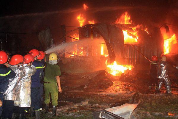 Gần 3 giờ chữa cháy kho bom sơn trong khu công nghiệp