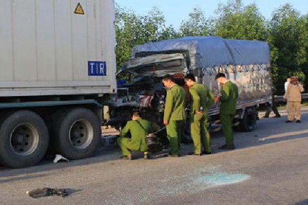 Xe tải va chạm xe container, 2 người tử vong và mắc kẹt trong cabin
