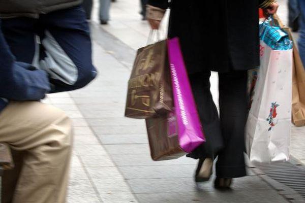 Phong trào 'áo vàng' khiến đa số người Pháp thay đổi thói quen mua sắm