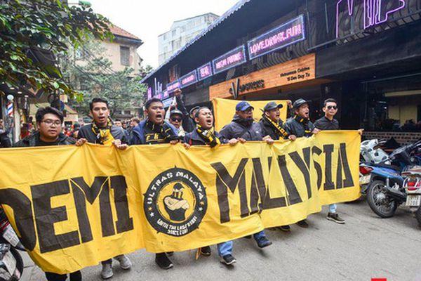 Ultra Malaysia diễu hành dương oai khắp Hà Nội, tiến về 'chảo lửa Mỹ Đình'