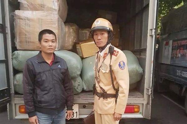 'Đội lốt' xe thư báo để chở thuốc Tây, quần áo lậu tại Hà Nội