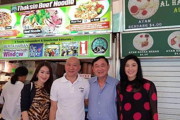 Rộ ảnh anh em bà Yingluck ăn 'mì Thaksin' ở Singapore