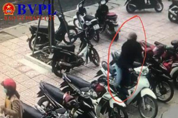 Bắt 2 đối tượng trộm xe máy của người đi giao dịch tại ngân hàng