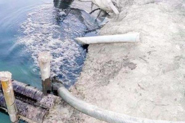 Nước xả thải bốc mùi nồng nặc chảy ra hệ thống sông Bắc Hưng Hải