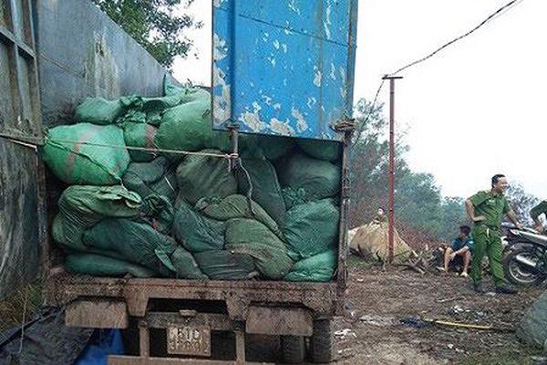Bắt quả tang đoàn xe chở hàng chục tấn rác đi đổ trộm