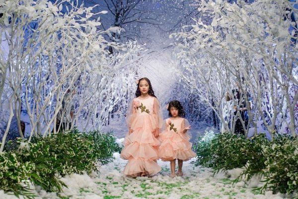 Ngắm dàn mẫu nhí siêu đáng yêu trình diễn thời trang trên khu vườn tuyết trắng