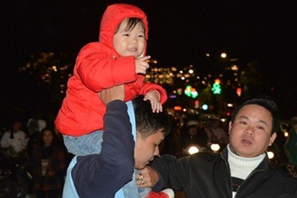 Hàng chục nghìn du khách đón năm mới trên thành phố hoa