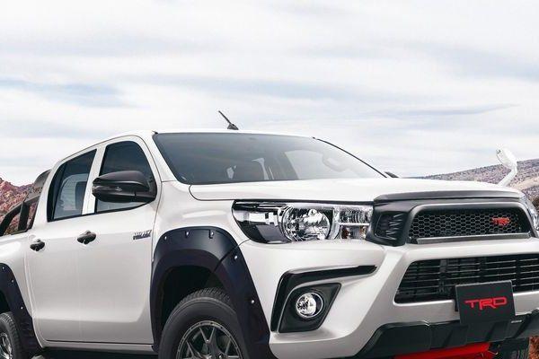 Bán tải Toyota Hilux bản 'khủng' Black Rally sắp ra mắt