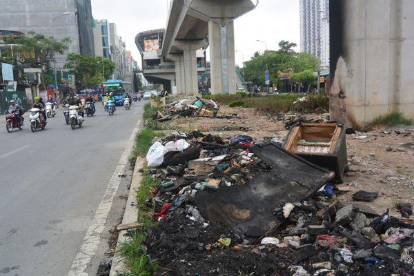 Vận động nhân dân không đốt rác thải ở chân trụ cầu đường sắt Cát Linh - Hà Đông