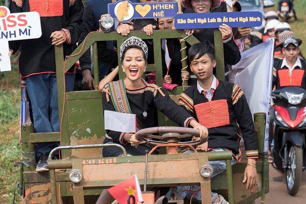CLIP: 'Miss bánh mì' H'Hen Niê về quê nhà lái công nông, vui chơi hết mình với bà con