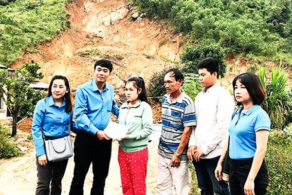 Trao hỗ trợ cho gia đình có người chết và bị thương do sạt lở núi ở Cam Lâm